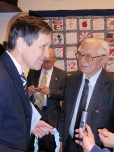 デニス・クシニチ��員(左)と岩佐幹三さん