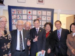 クシニチ�員(�央)の事務所で。左端がヒ�シマ・ナガサ�平和委員会のエレン・トーマスさん