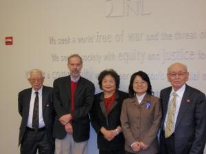 FCNLの事務所にて。デイビッド・カルプさん(左から2人目)と