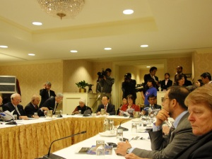 証言を聞く委員ら。セッションは冒��20分程度マスコミに公開された