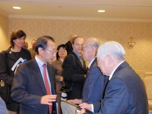 阿部信泰元国連事務次長(左)
