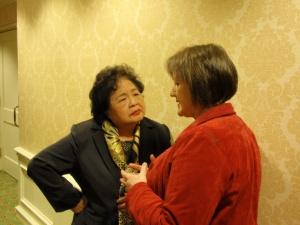 終了後の懇談。パトリシア・ルイス元国連軍縮研究所所長(右)とサー��ー節��さん
