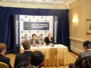 川口(左)、エバンズ共同��長の記者会見